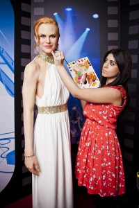 Caryn Bloom ze studia Madame Tussauds kontroluje make-up Nicole Kidman