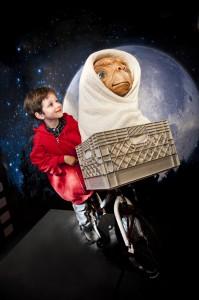 malý obdivovatel míří s E. T. ke hvězdám