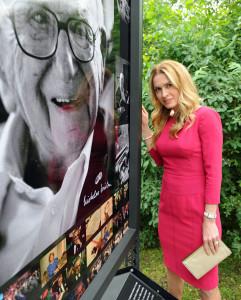 Olga_Menzelová_u_panelu_s_fotografií_Sira_Wintona