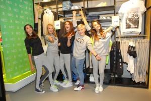 Dívky z kapely 5Angels se staly prvními zákaznicemi nového obchodu