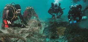 Dobrovolní potápěči vytahují sítě duchů
