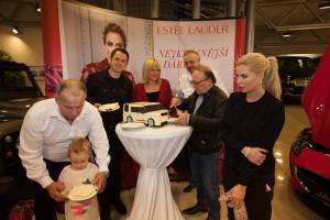 Petr Janda krájí dort