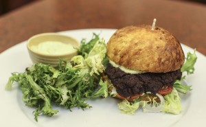 Barbar_restaurant_Vegetariansky_burger_s_tofu_a_cernymi_fazolemi_s_listovym_salatem