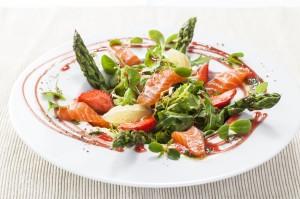 Trhané saláty s lososem, chřestem a jahodovým dresinkem se zeleným pepřem