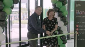 Steve Reade, manažer obchodního zákaznického centra společnosti CDK Global, a Louise du Toit, European Support Manager společnosti CDK Global, slavnostně přestřihli pásku.
