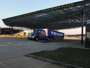 Kamion_převážející_Donalda_Trumpa_na_Rozvadově