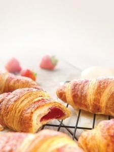 máslový croissant s jahodovou náplní