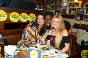Mahulena_s_přáteli_a_oblíbeným_drinkem_