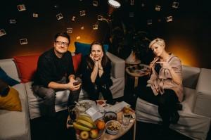 Petra Nesvačilová s hereckým kolegou ze seriálu Stylista Andrejem Polákem a moderátorkou Adélou Elbel. Zdroj_Mall.tv