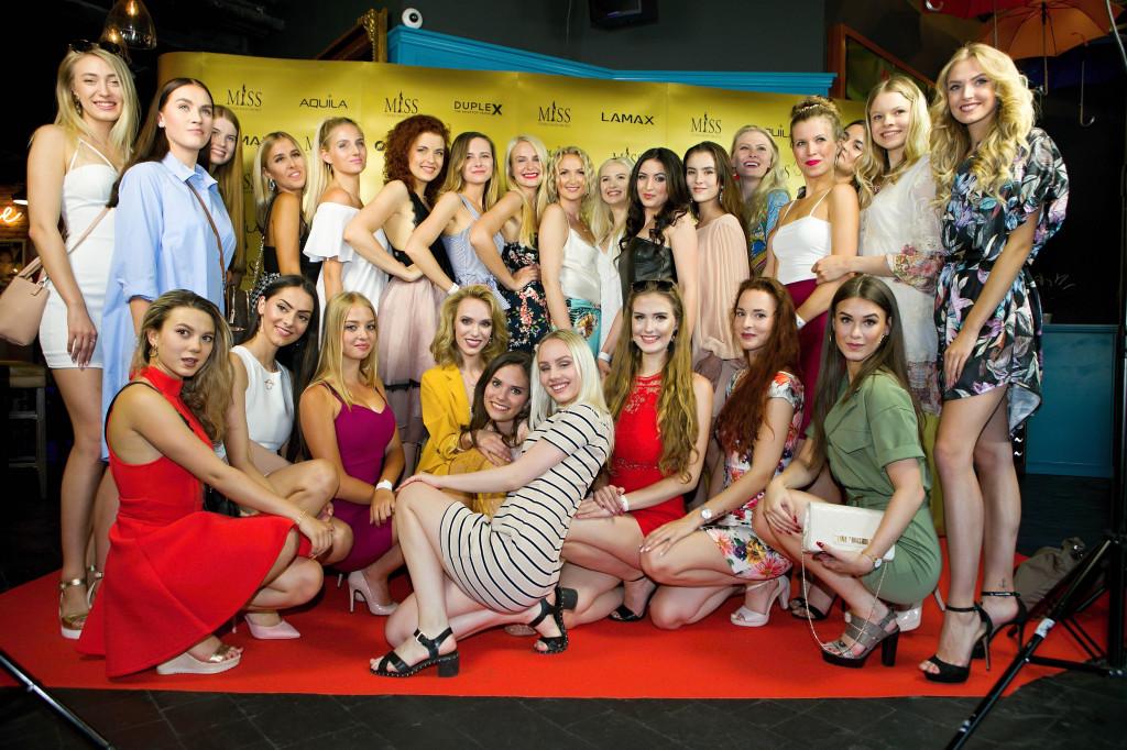 Část semifinalistek Miss České republiky s organizačním týmem