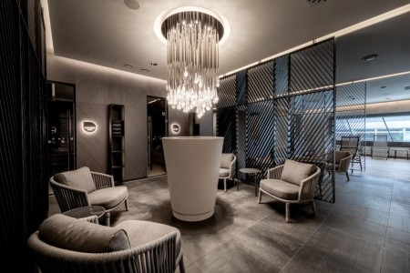 Relaxační zóna Balance Clubu Brumlovka nabízí příjemné posezení, při němž mohou návštěvníci obdivovat nový lustr.