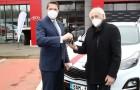 Anděl mezi zdravotníky předal první cenu: Legenda pražské záchranky si odvezla nové auto