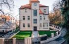 Bydlení v ojedinělém historickém objektu disponuje věrnými replikami fasád, krásným výhledem i moderní technologií