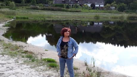 Petra Janů u rybníka